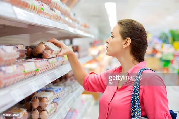 mujer compra de huevos - huevo etapa de animal fotografías e imágenes de stock