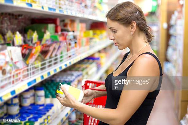 Femme achète mines au supermarché