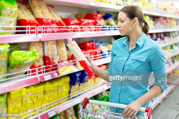 Frau kauft pasta