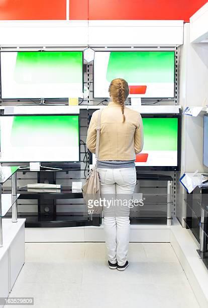 女性の物件のテレビを備えております。