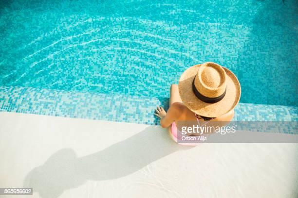 mulher à beira da piscina - piscina - fotografias e filmes do acervo