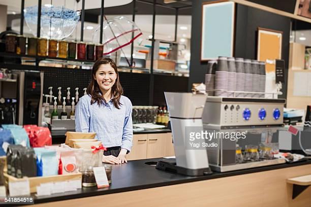 mujer de pie en la cafetería secretario contador - café edificio de hostelería fotografías e imágenes de stock