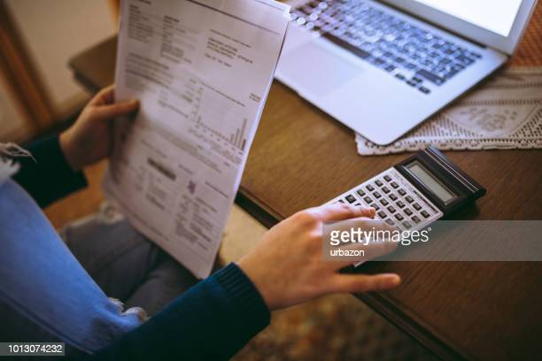 mulher, cálculo de notas com calculadora - finanças - fotografias e filmes do acervo