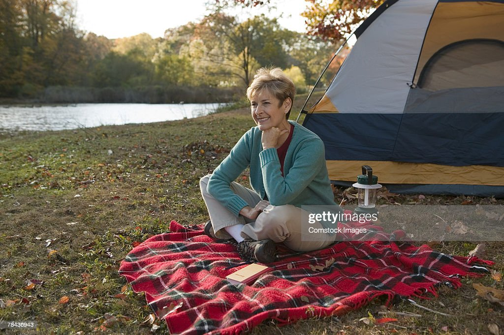 Woman camping : Stockfoto