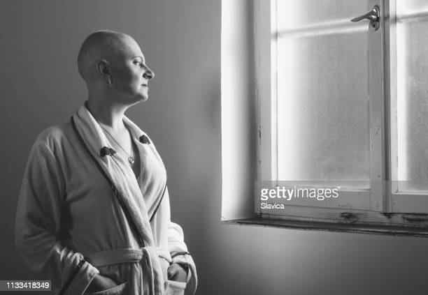 paciente do cancro da mulher no hospital - careca - fotografias e filmes do acervo