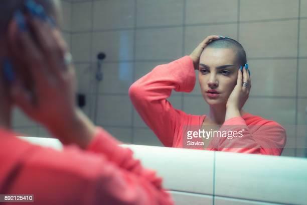 frau krebs patienten stehen vor dem spiegel - intimbereich frau stock-fotos und bilder