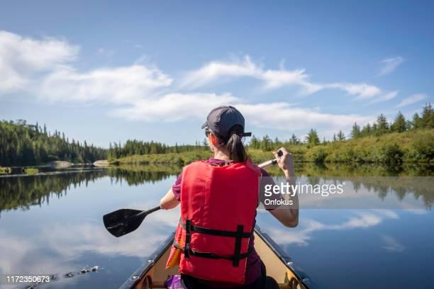 femme canot au parc national des grands-jardins, québec, canada - province du québec photos et images de collection