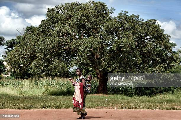 A woman carry her baby in Lilongwe on March 14 2016 / AFP / MATTERNET / ARIS MESSINIS / RESTRICTED TO EDITORIAL USE