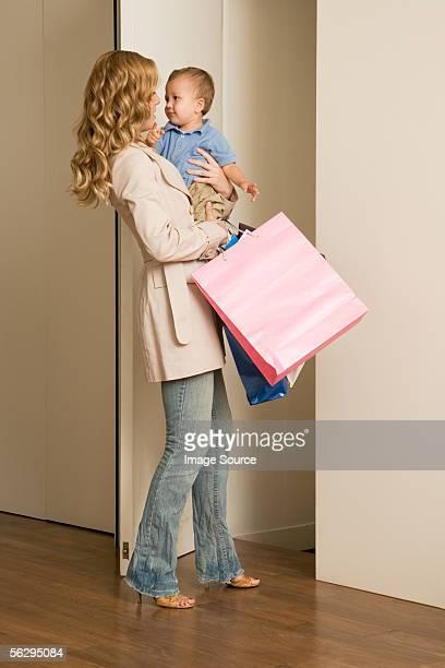 Frau carrying baby und Einkaufsmöglichkeiten