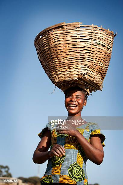woman carrying basket - ザンビア ストックフォトと画像