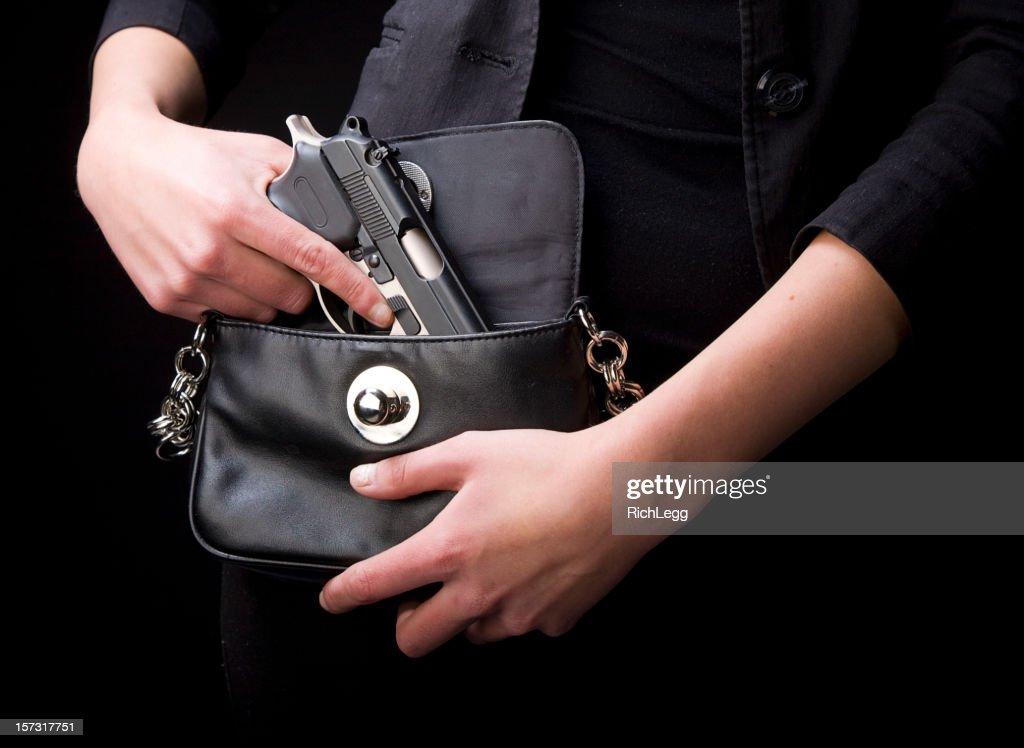 Mulher carregando revólver : Foto de stock