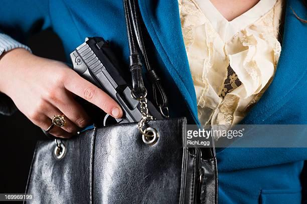 Mujer llevando arma de mano