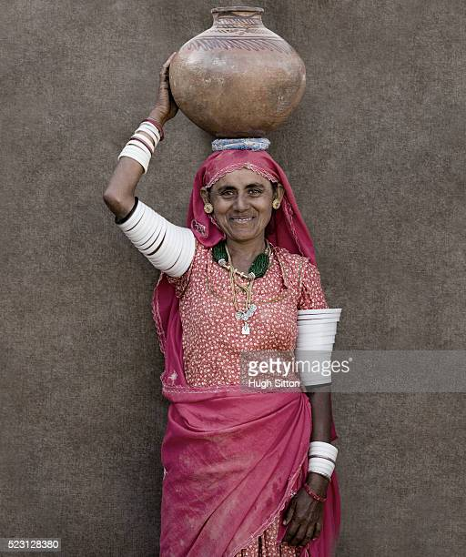 woman carrying jug on head - hugh sitton india stock pictures, royalty-free photos & images