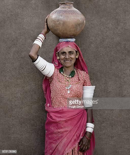 woman carrying jug on head - hugh sitton bildbanksfoton och bilder