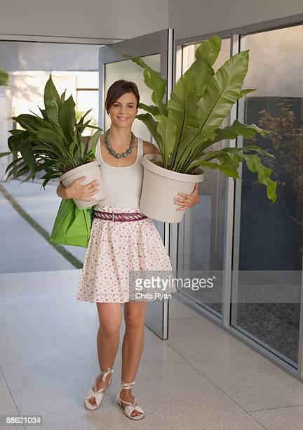 donna portare impianti - oggetti pesanti foto e immagini stock