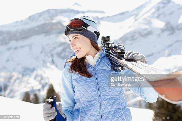 donna portare gli sci - sci sci e snowboard foto e immagini stock