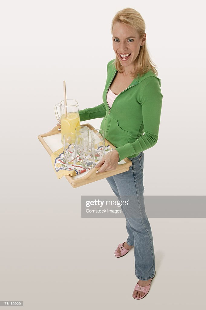 Woman carrying tray with lemonade : Stockfoto