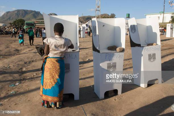 Woman casts her vote at the Ndirande Community ground polling centre on May 21, 2019 in Blantyre, southern Malawi, during the country general...