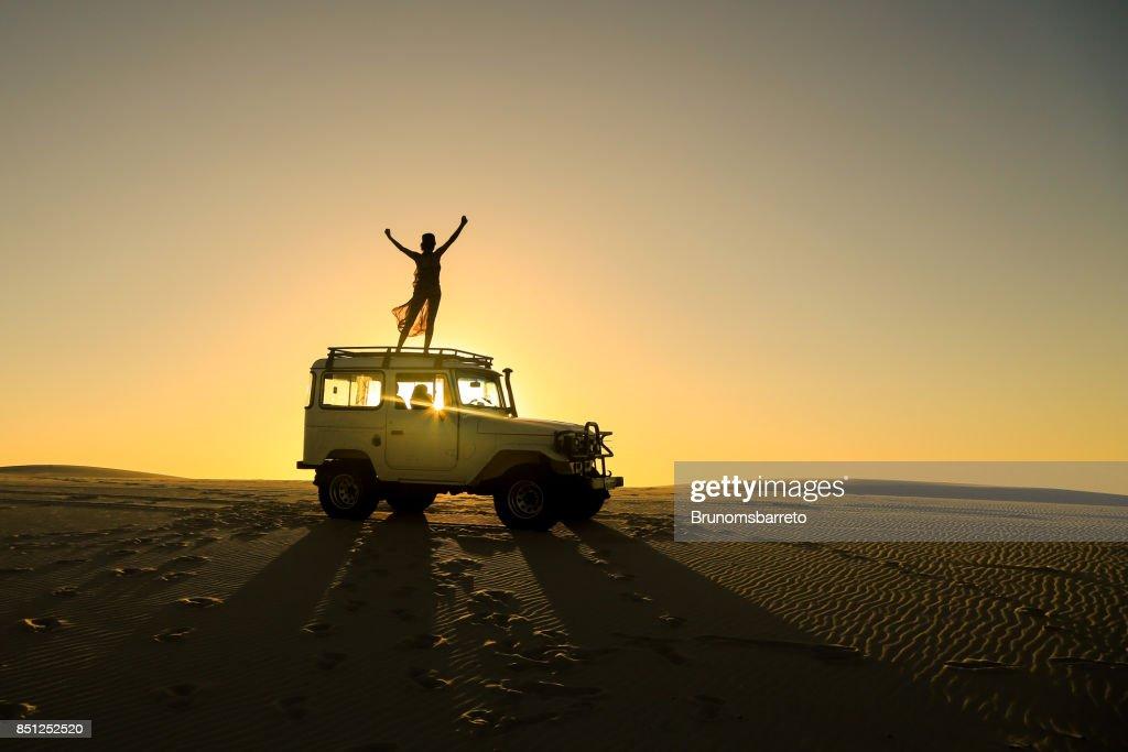 mulher comemorando em cima do carro offroad : Foto de stock