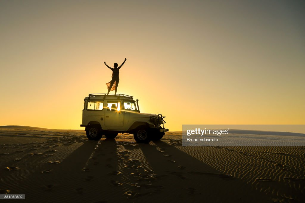 mujer celebrando encima de coches offroad : Foto de stock