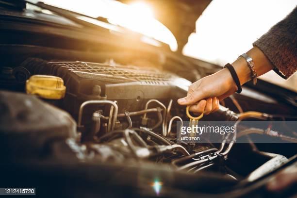 婦女檢查汽車油 - car lubricants 個照片及圖片檔