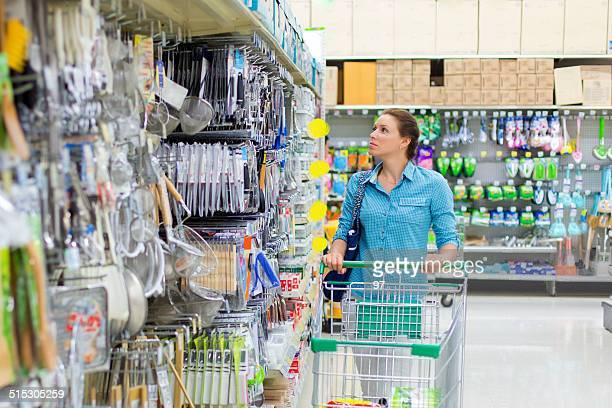 frau, die essen etikettieren - küchenbedarf stock-fotos und bilder