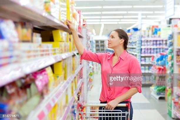 Femme, vérifier l'étiquetage des aliments