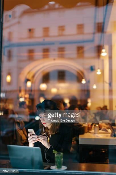 Frau, die Ihre Moblie Telefon