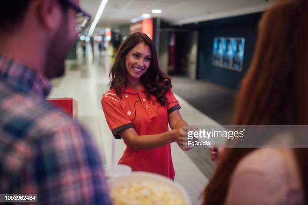 Frau, die Überprüfung von Kinokarten