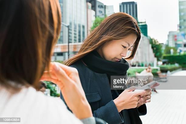 frau, die sms auf handy - mlenny stock-fotos und bilder