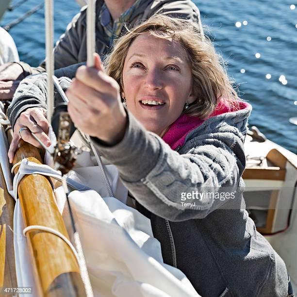 Mujer controles líneas en barco de vela
