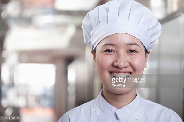 woman chef in her kitchen - aziatische etniciteit stockfoto's en -beelden