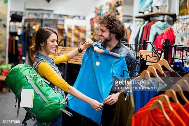 Femme de choisir une chemise de sport et en magasin