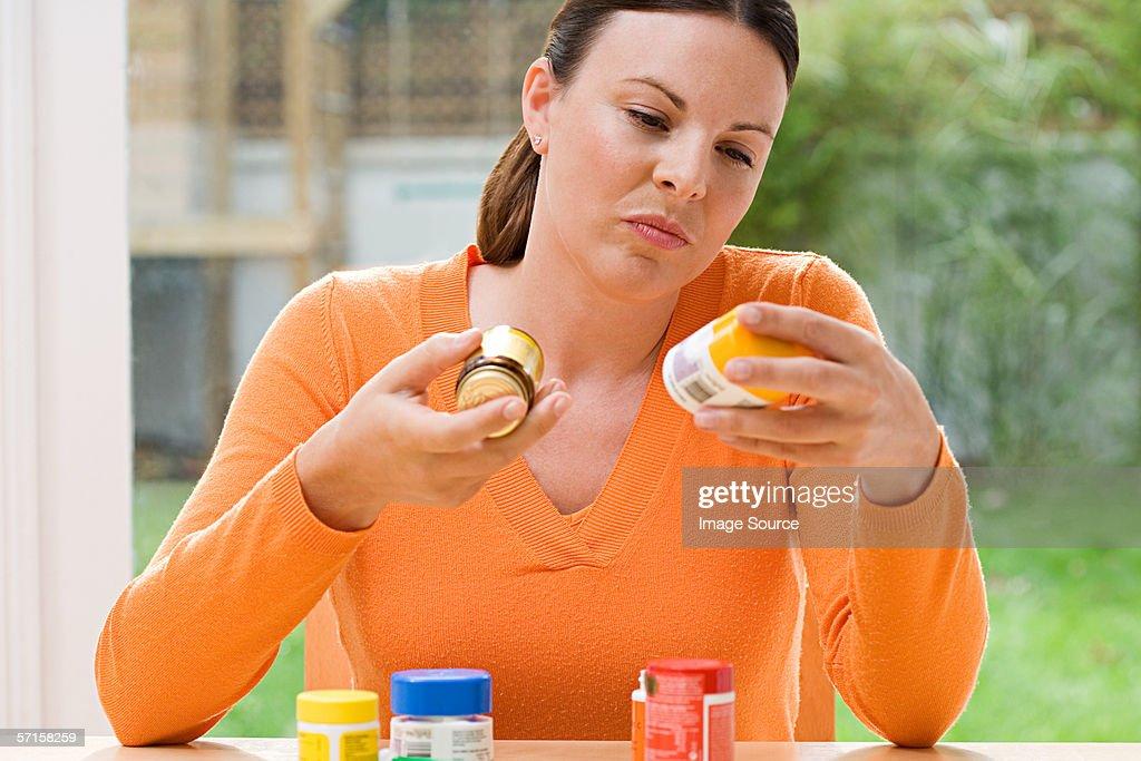 Femme de choisir entre des suppléments : Photo