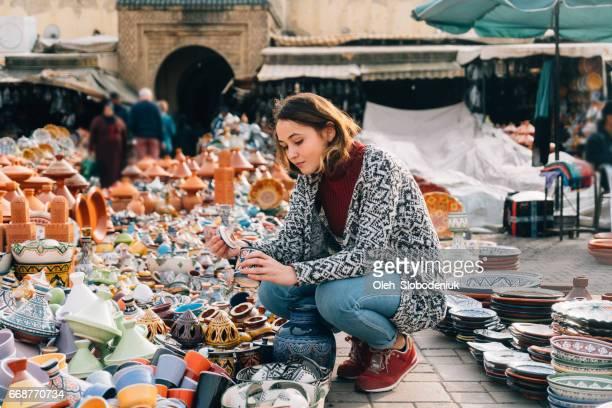 メクネス、モロッコのショップでセラミックを選択する女性