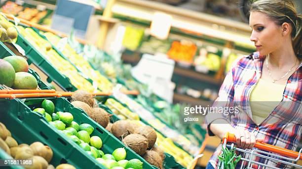 Frau Wahl Obst im Supermarkt.