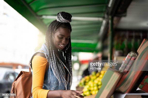 Femme, choisir des fruits sur feira