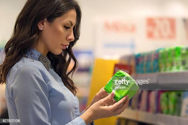 woman choosing sanitary pad - feminidad fotografías e imágenes de stock