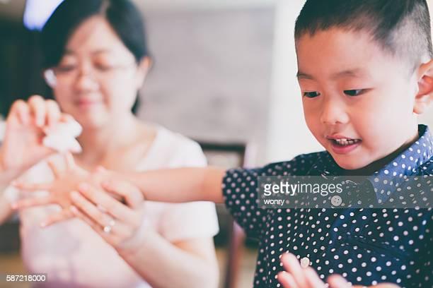 ティッシュと女性のきれいな子供の手 - ティッシュ ストックフォトと画像