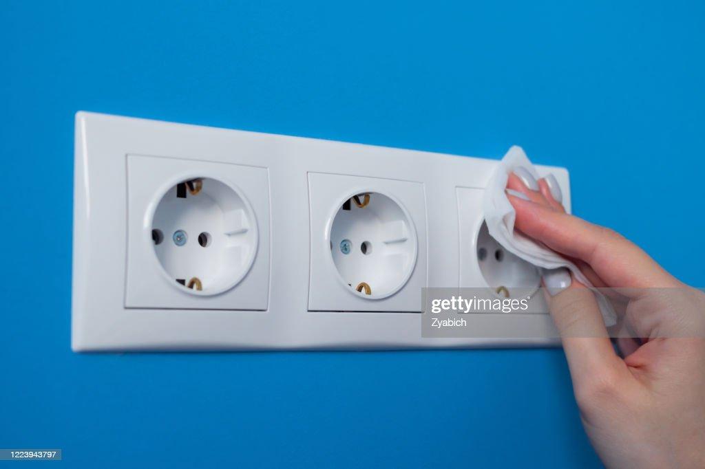 Het schoonmaken van de vrouw elektroafzet, contactdoos met nat veeg - sluit omhoog mening : Stockfoto