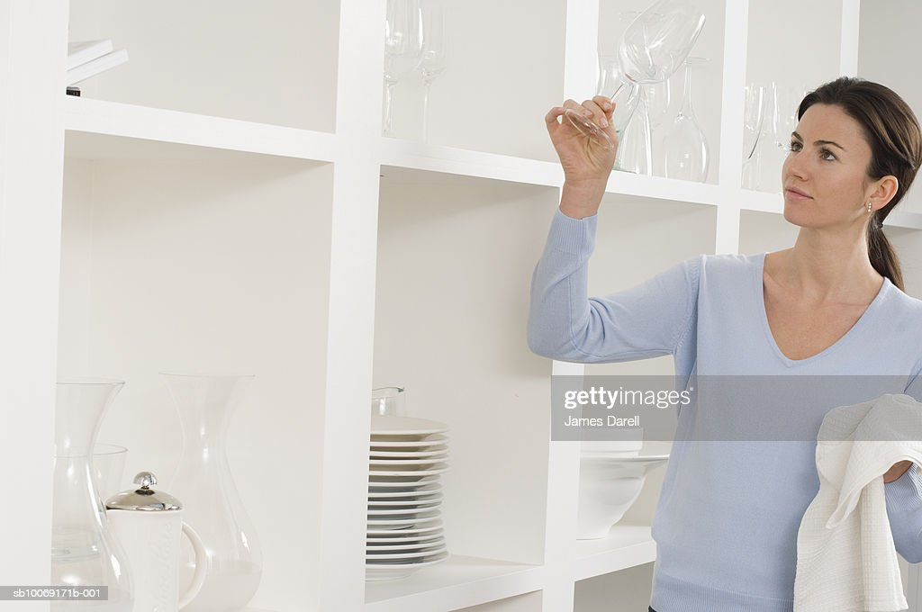 Woman cleaning glasses : Stockfoto