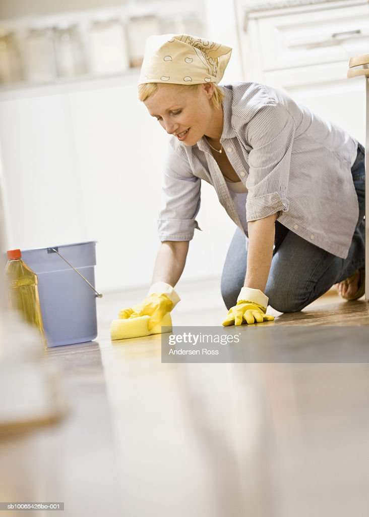 Woman cleaning Kitchen Floor : Foto stock