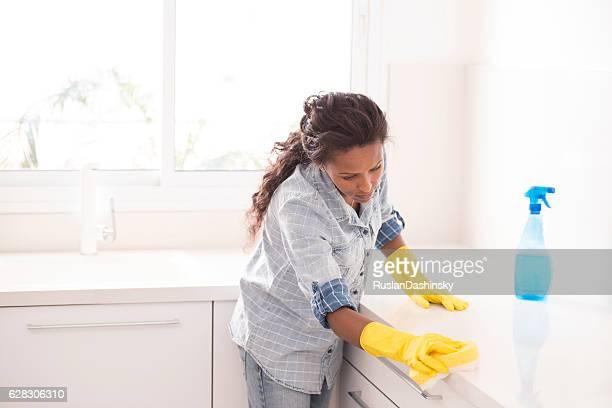 mujer de la limpieza de la cocina. - limpiar fotografías e imágenes de stock