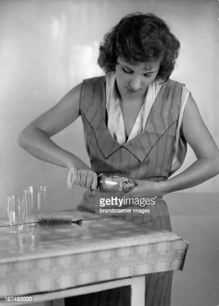 A woman cleans glasses About 1940 Photograph Eine Frau putzt Trinkgläser Um 1940 Photographie