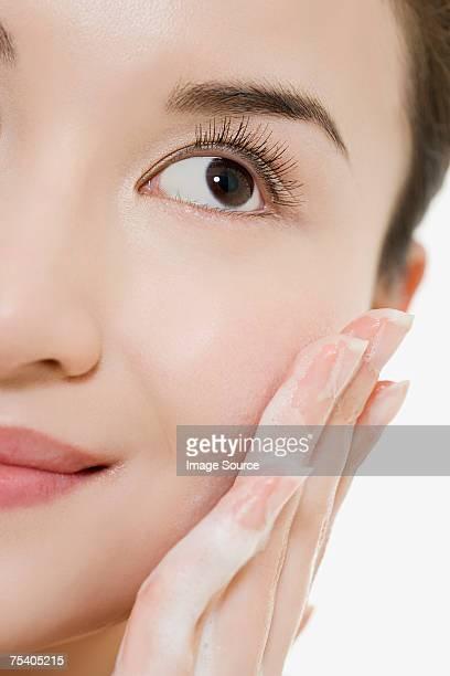 女性は彼女の顔のディープクレンジング