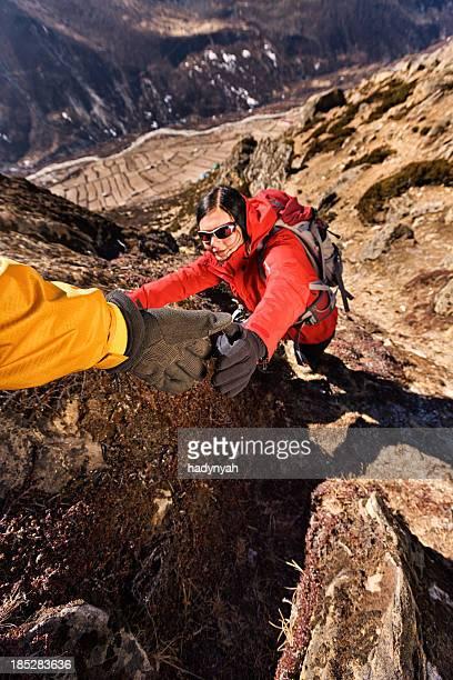 Femme escalade dans le Parc National du Mont Everest, Népal