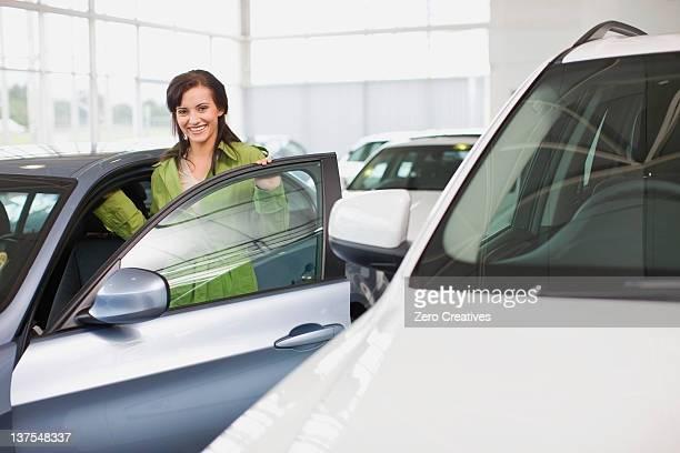 女性へのカーショールームでクライミング
