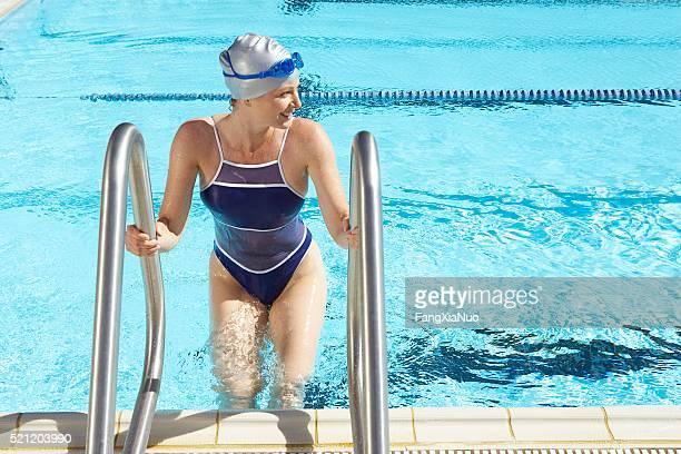 女性のクライミングのプール