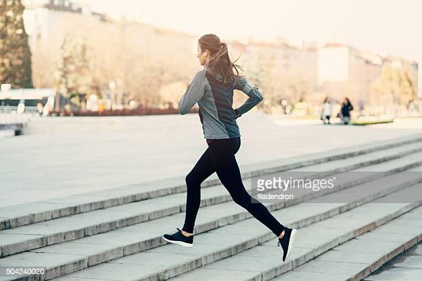 女性のクライミングの階段