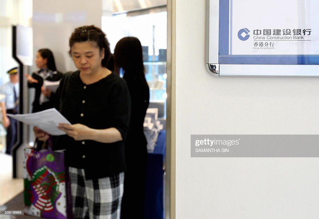 A woman collect a copy of the prospectus : Nachrichtenfoto